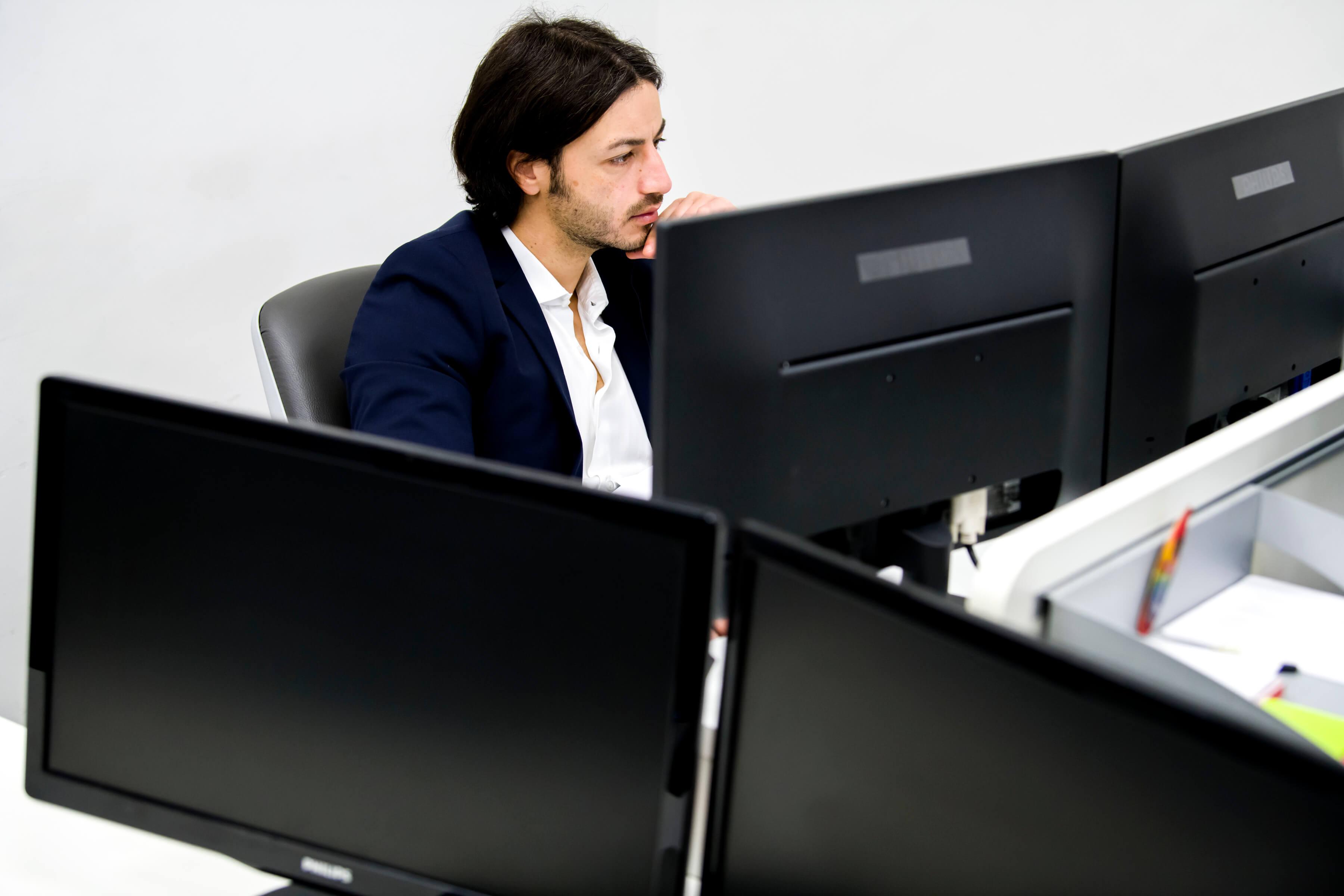 Uomo team per la trasformazione digitale delle imprese guarda pc per Strategia di trasformazione digitale PMI